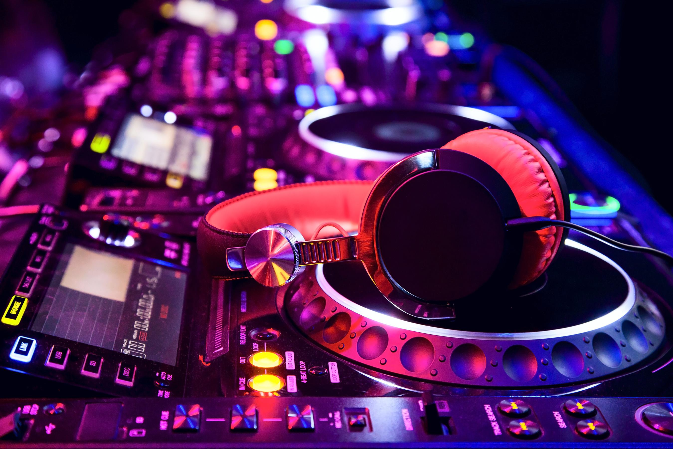 dj-mixer-with-headphones